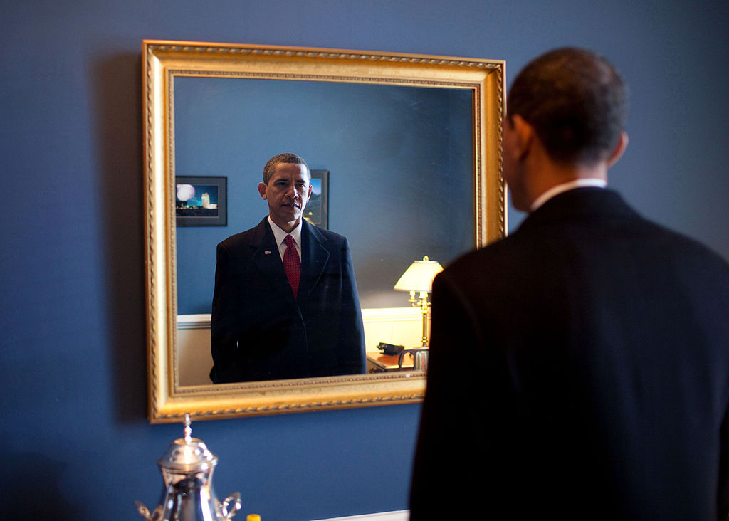1024px-Barack_Obama_takes_one_last_look_in_the_mirror,_before_going_out_to_take_oath,_Jan._20,_2009